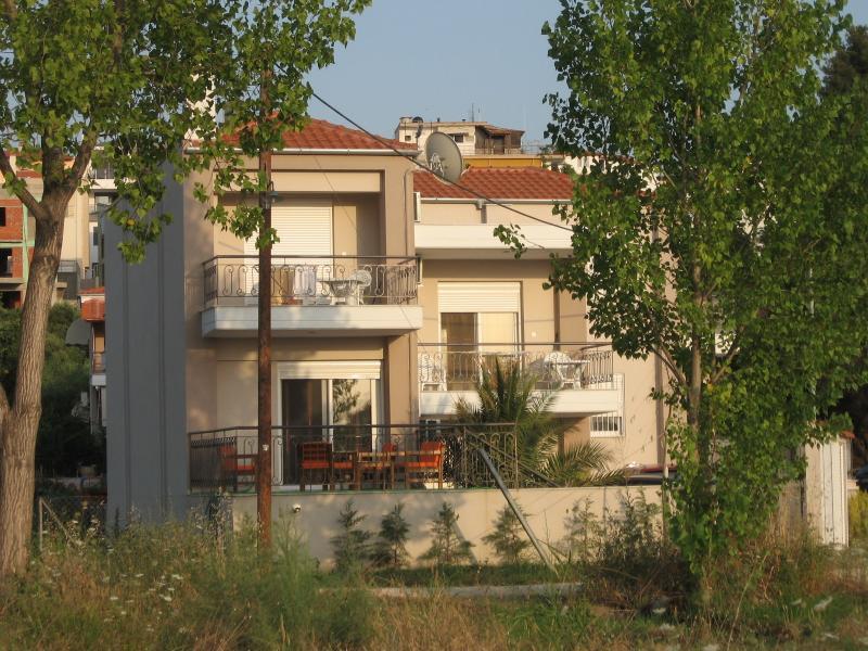 Lovely 3-bedroom house near the sea, aluguéis de temporada em Paradisos