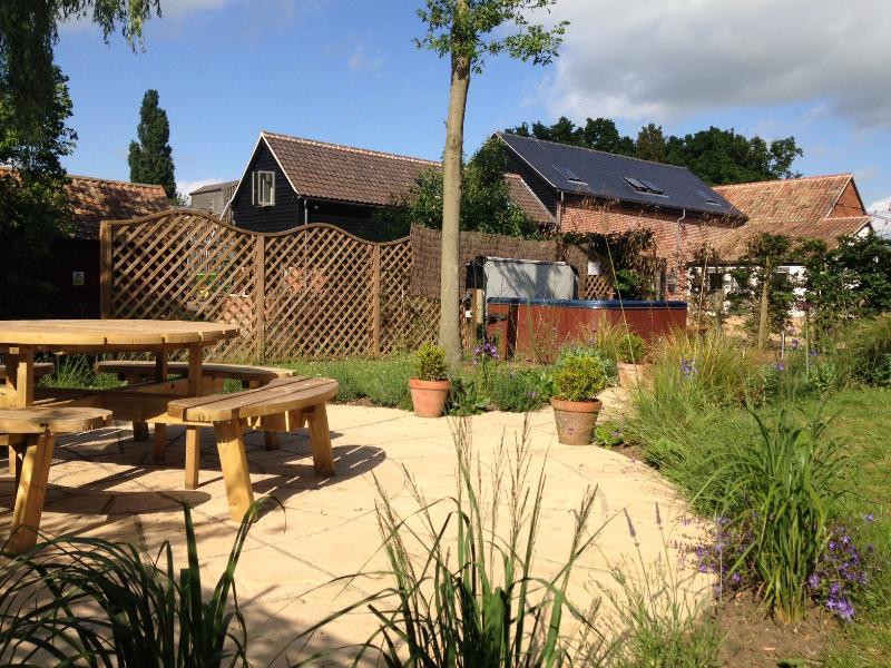 Bañera de hidromasaje en el jardín comunal, privado y apartado. Trajes disponibles bajo petición, gratis.