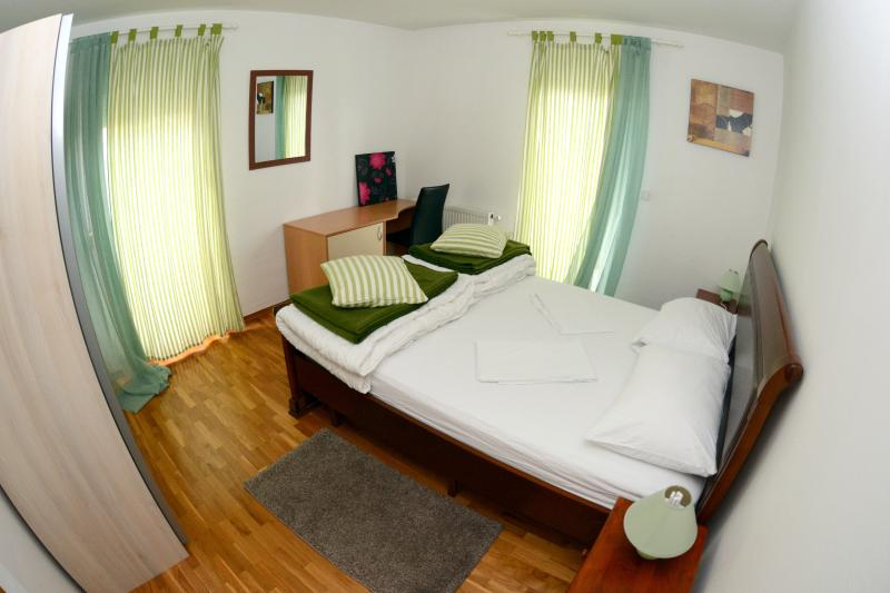 Deluxe 3 Bedroom Apartment, 6 Adults, vacation rental in Zagreb