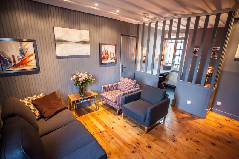 Maison Honfleur centre, avec salle de cinéma, cheminée, jardin, et 2 parkings, holiday rental in Honfleur