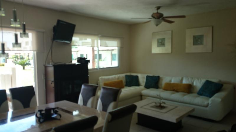 Sala y comedor, con TV satelital, y equipo de audio y video