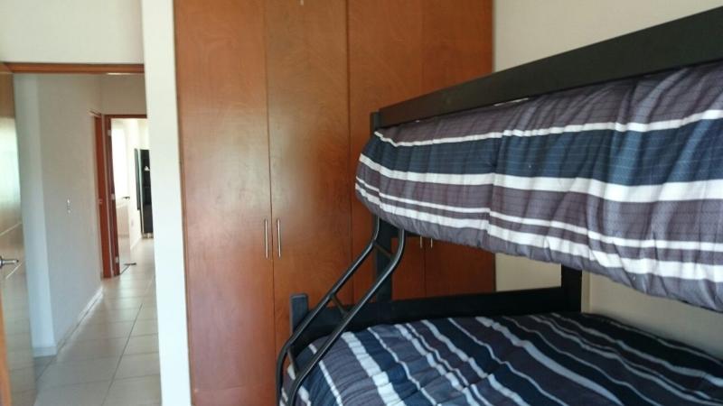 Recámara secundaria 1, clóset, dos camas individuales y una cama matrimonial