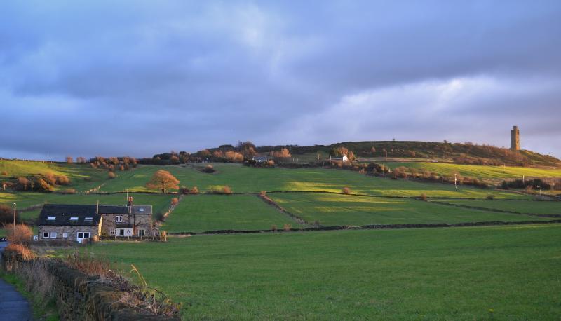 Granero del edificio a la izquierda, entre campos y con vistas a la colina del castillo