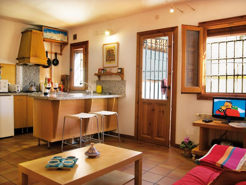 Cucina: frigorifero, forno a microonde, piano cottura a gas, posate, stoviglie, utensili da cucina, ecc