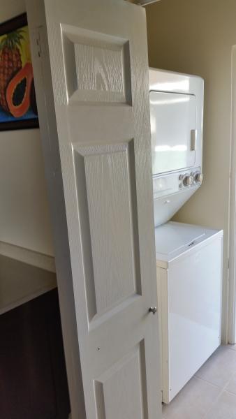 In eenheid wasmachine en droger voor het gemak van de gasten.