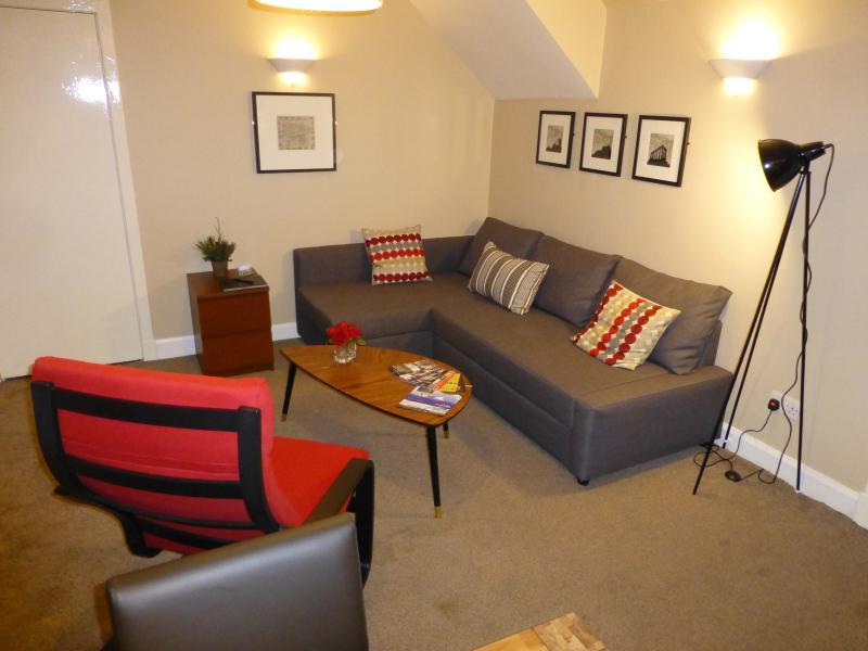 Sala de estar com sofá-cama duplo