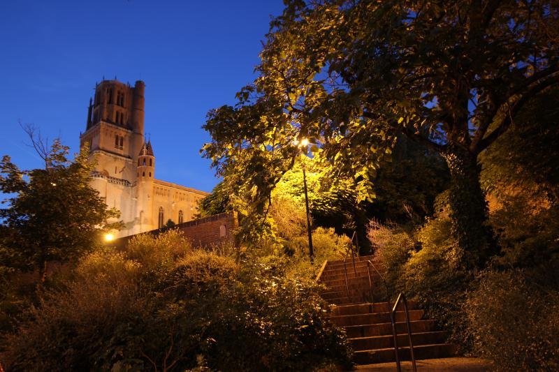 La Cathédrale Saint Cécile prise entre jour et nuit