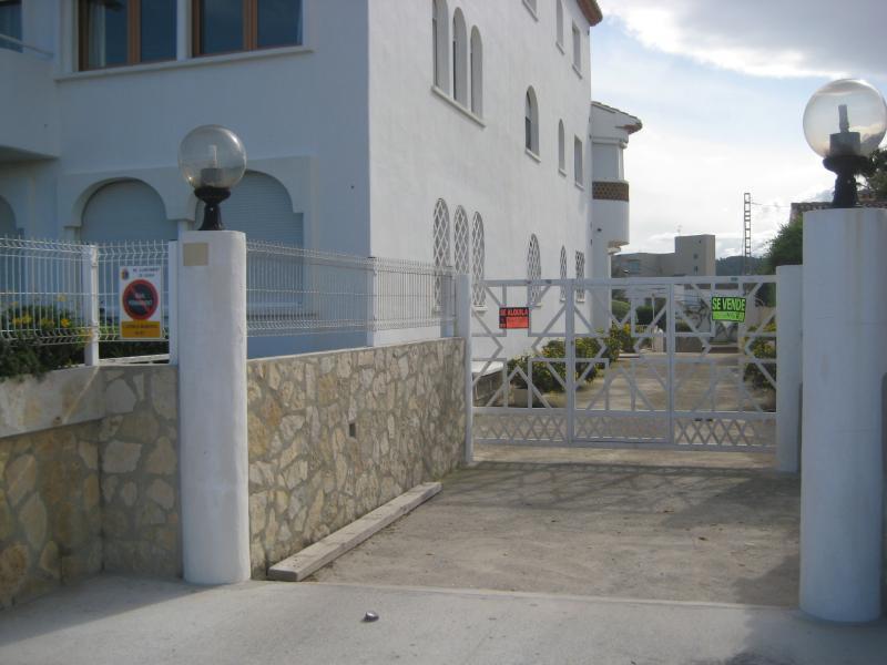 Puerta de entrada a la urbanización