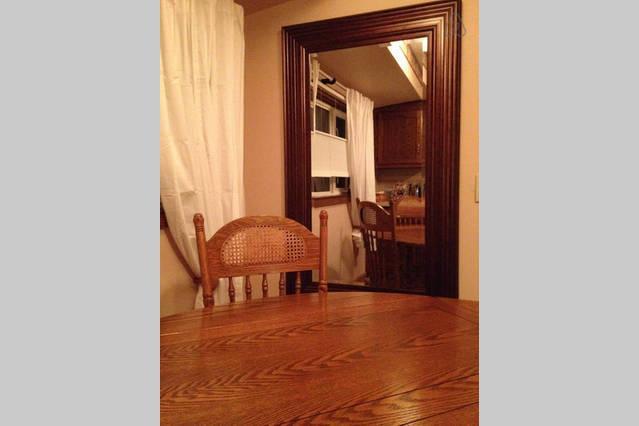 Keuken is helder en gezellig met zitplaatsen voor 4-8. Veel van de schotel ware, glaswerk, potten en pannen.