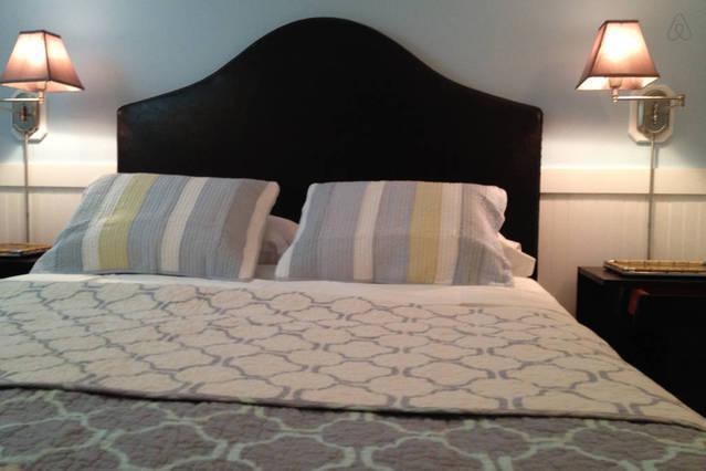 Een warme en gezellige kamer met flatscreen TV - lager niveau Master slaapkamer 2