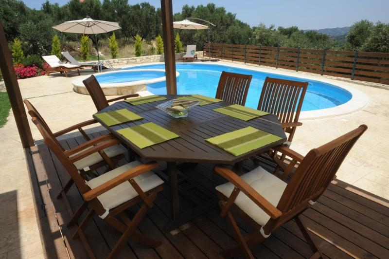 outdoor dining in pool area