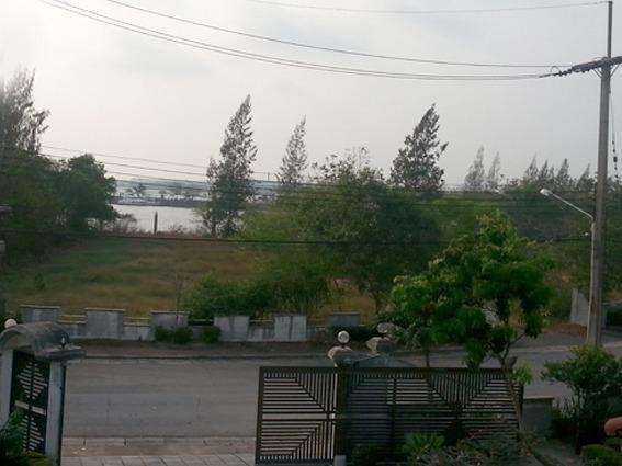Vue du balcon sur la route qui descend vers le port