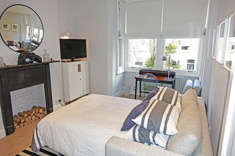 Sofá-cama tamanho King sob a sala de estar separada