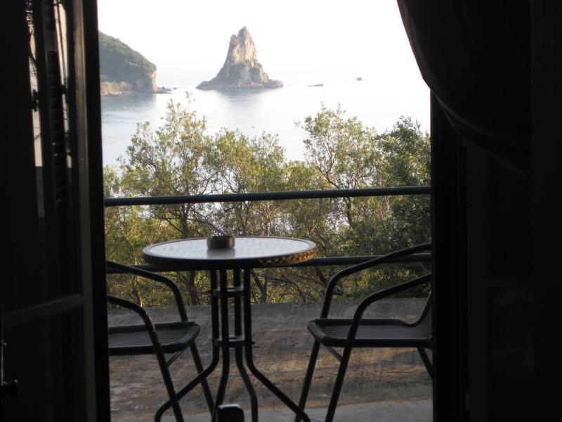 Sea View quiet studio for 2p, 5 min walk to beach, holiday rental in Agios Gordios