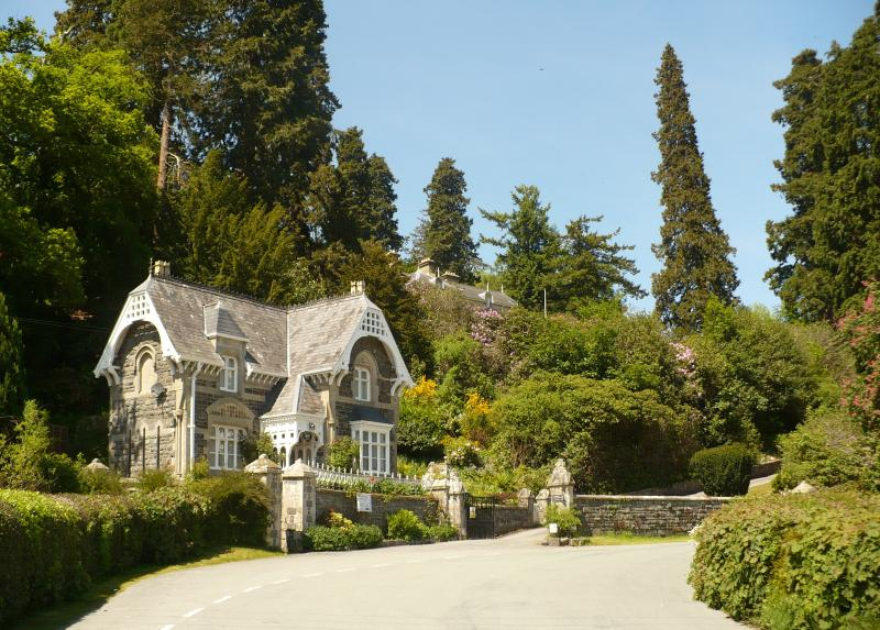 Broneirion Lodge, a Quaint Grade 2 listed holiday cottage with Broneirion house.