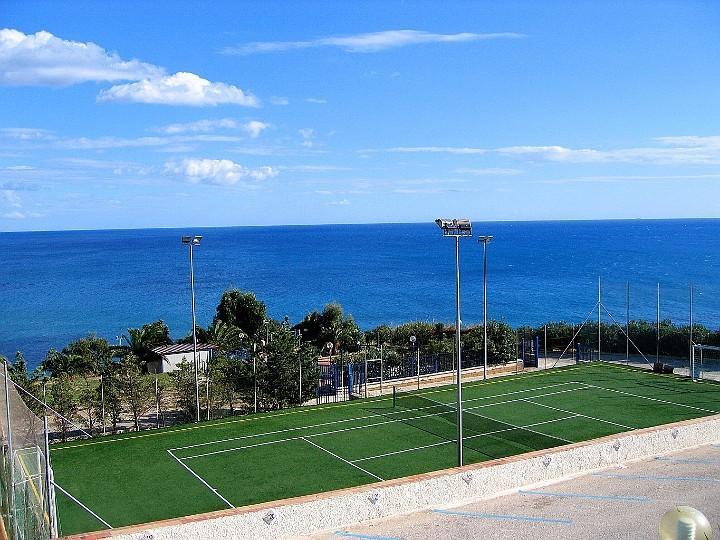 Per gli appassionati del Tennis un campo in erba sintetica