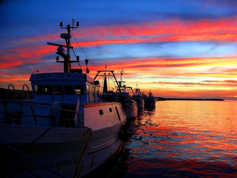 Bellissimi tramonti in riva al mare