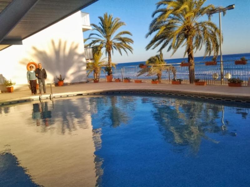 2nd floor luxury apartment, ocean-front, 4-8 pers, aluguéis de temporada em Calafell