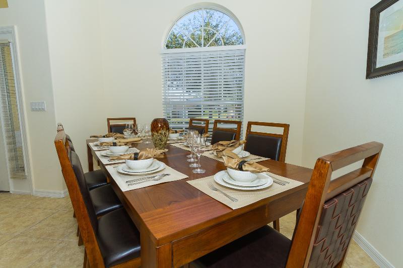 A área de jantar formal confortavelmente fornece assentos para até 8 pessoas