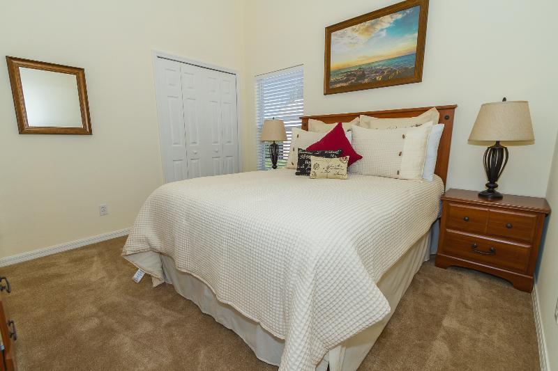 Quarto dois tem uma cama queen-size e televisão