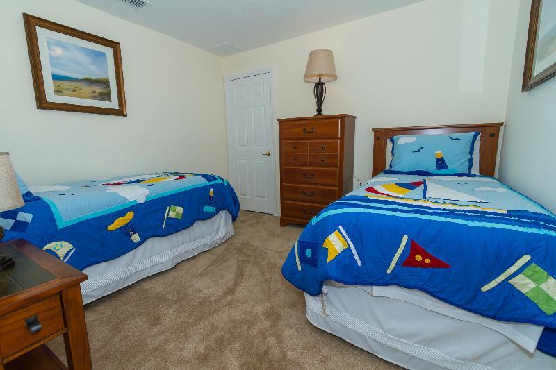 Três de quarto tem duas camas individuais. Quartos 2 e 3 têm casa de banho para partilhar entre eles.