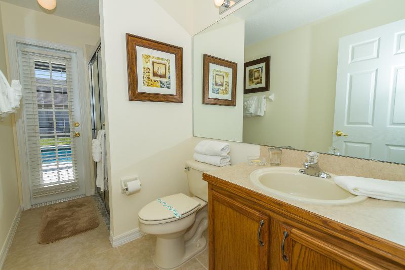 O terceiro banheiro permite o acesso à área de piscina e contém um chuveiro, um lavatório e wc