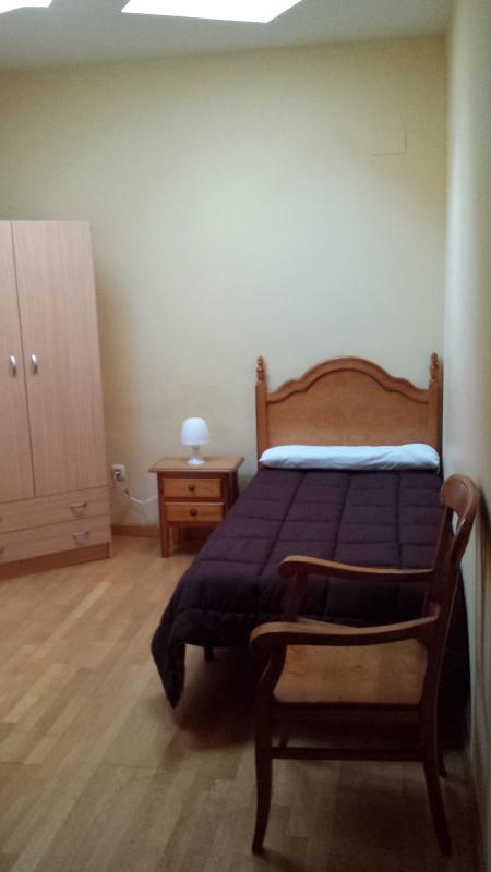 habitacion nº 3: cama de 0,90 cm, mesilla y armario
