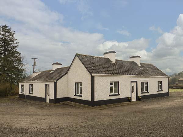 HARRY'S, lawned garden, woodburner, near Carrick-on-Shannon, Ref 917029, vacation rental in Kilmore