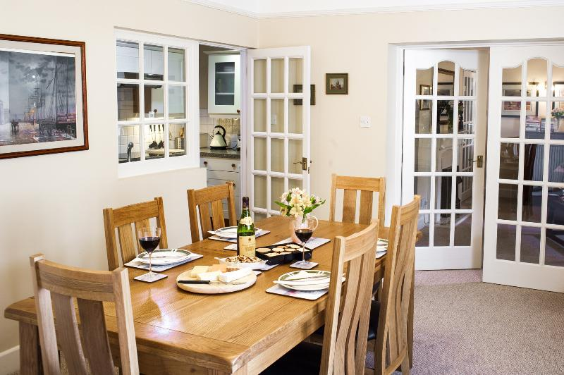 Attractive and tastefully furnished dining room