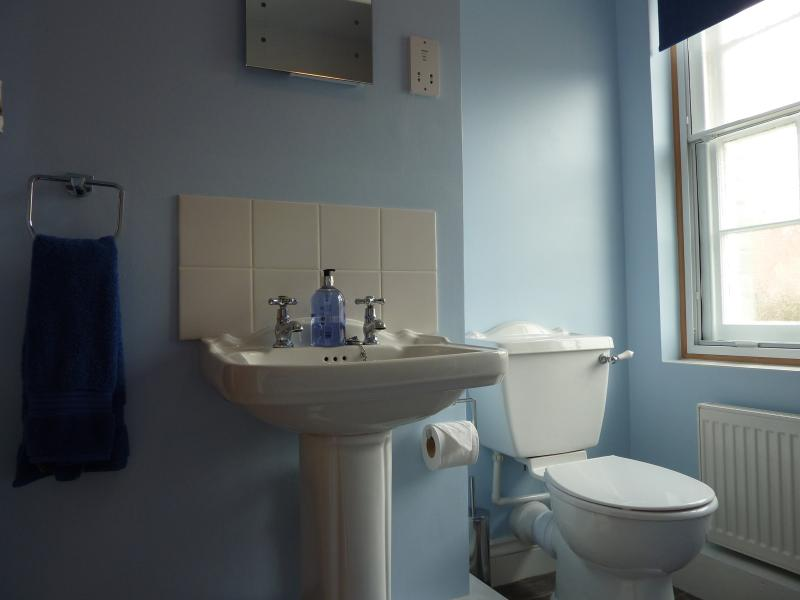 Banheiro primeiro andar situado entre mestre e quartos twin