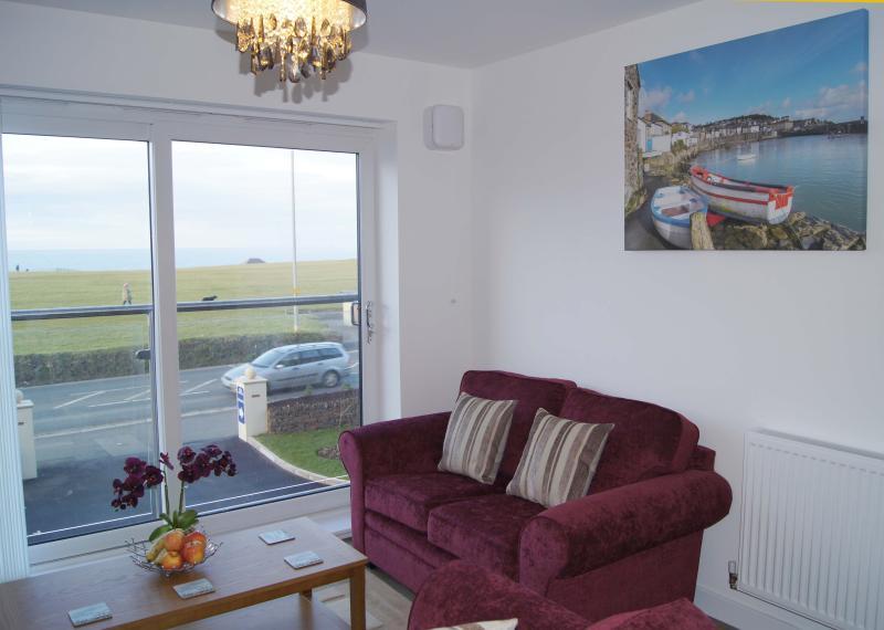 Salón con una ventana grande-vista al mar