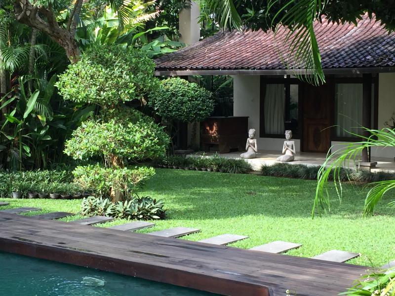 Vue sur le jardin regardant en arrière à la salle du Temple
