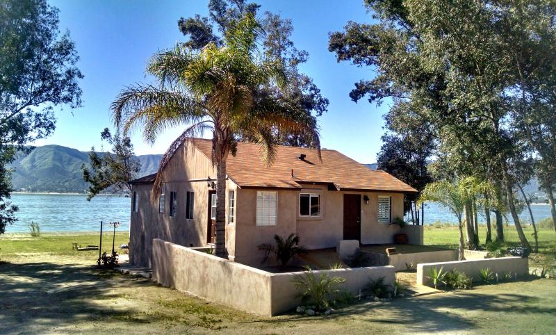 Lake House living - Right on the water. Enjoy the Tiki Lake House, location de vacances à Canyon Lake