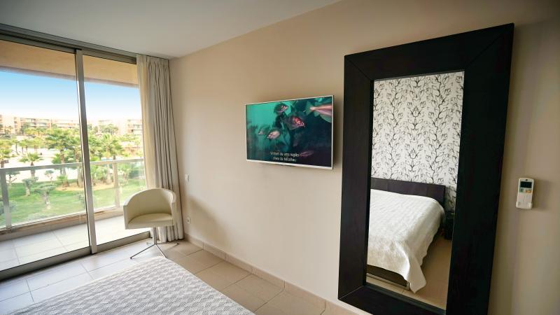 La suite, abriendo en el balcón, con vistas a las piscinas.