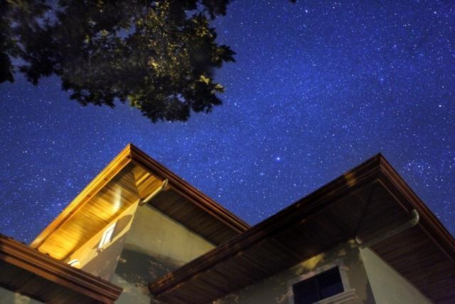 Noche se instala, se sienta cerca de la antigua esfera celeste...