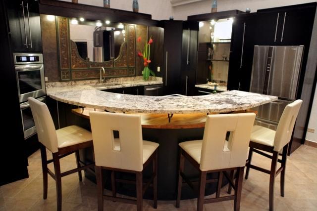 Invitando a revestimientos de madera y tapas de mármol en cocina