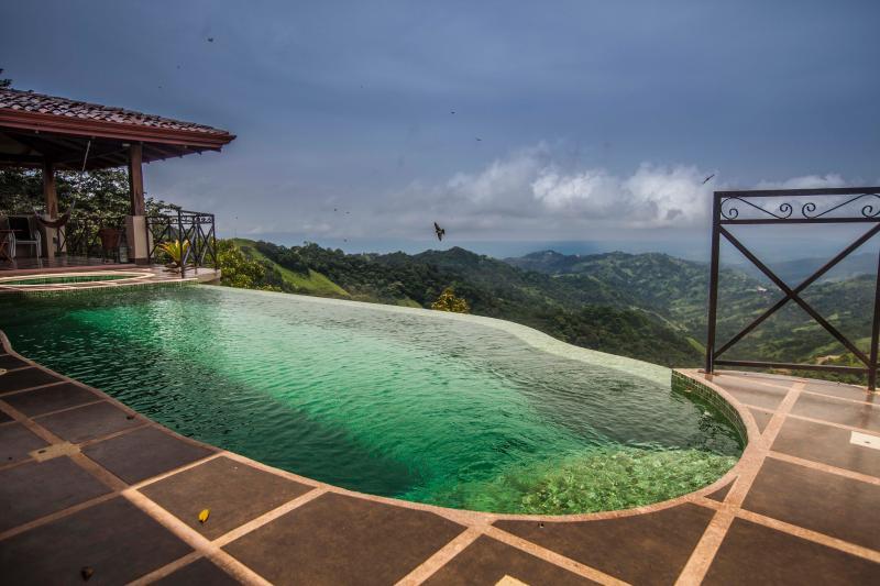Vistas incomparables, acompañados sólo por el alto vuelo aves de selva tropical, le esperan