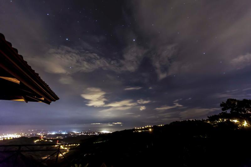 La ubicación del hotel garantiza que las vistas son no menos impresionantes por la noche...