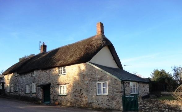 Batts Cottage con porta verde è una metà di una casa più grande.