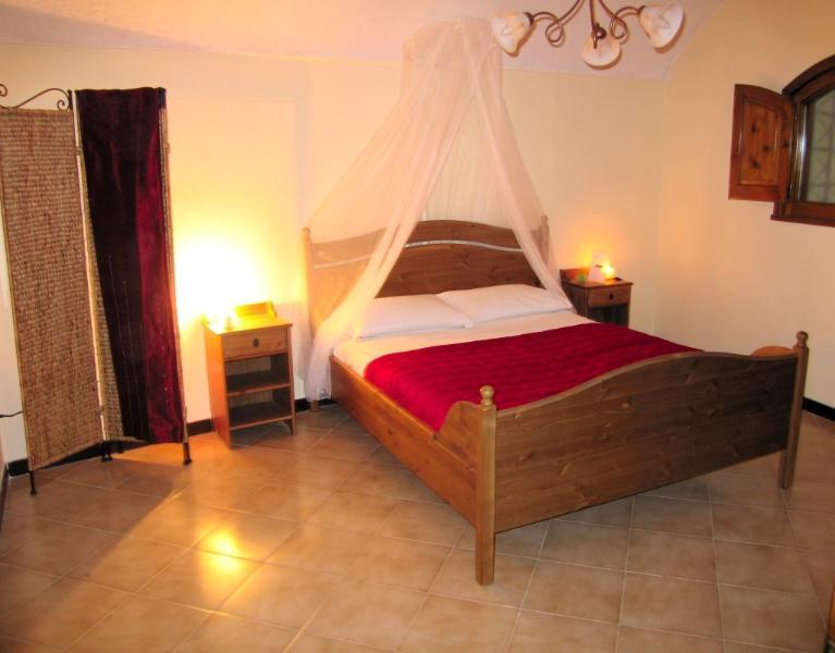 Das große Schlafzimmer mit Doppelbett