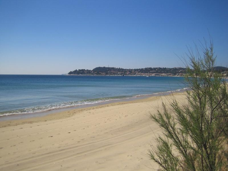 La plage - vue sur la ville de Cavalaire Sur Mer
