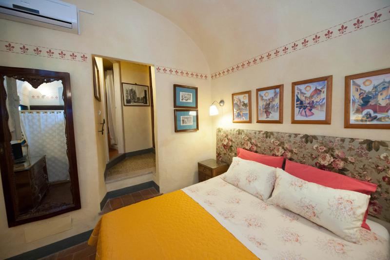 PICCOLO PAPA - charming apartment in 1860 villa, vacation rental in Florence