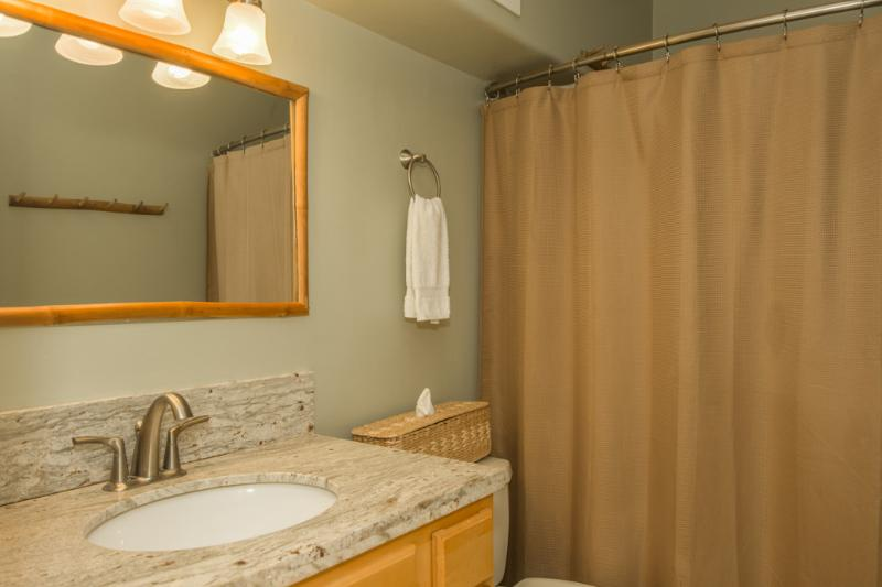 exceptionally clean bathroom with shower/tub