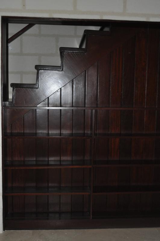 schappen aan zijkant van trap - er is opslag onder trap