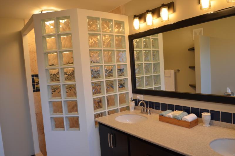 Baño 1 con plato de ducha y lavamanos doble.