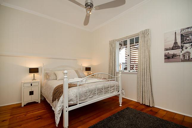 B1 Queensize pillowtop bed - AIrcon + fan and walk in robe.