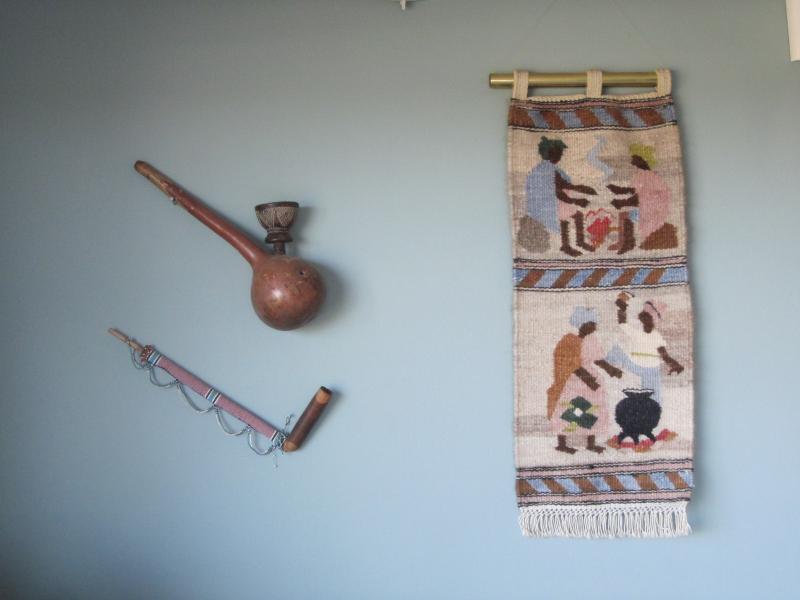 Arte africano en la pared del salón