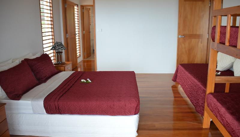 Uno de 2 dormitorios amplios, acceso al balcón, baño privado, walkin bata, capacidad para 5 personas.