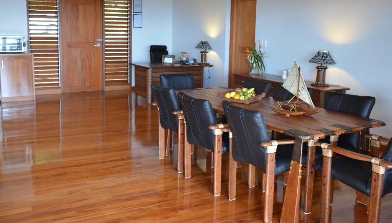 La madera es una gran característica de Vakaviti Kalokalo, con suelos de caoba y muebles verde del Pacífico.