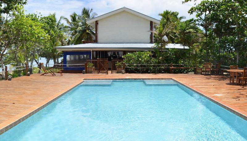 Siéntase libre de utilizar Maui Bahía piscina y casa club.
